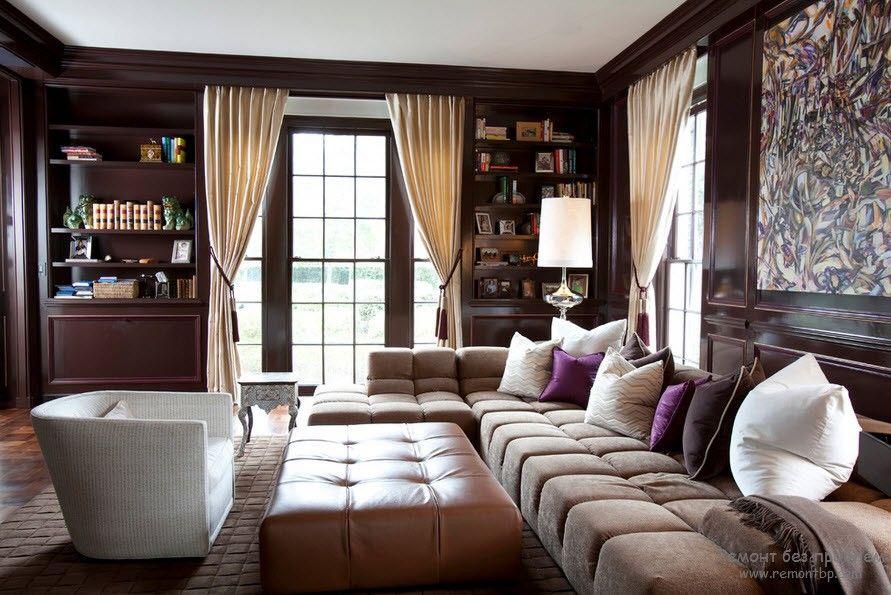 Интерьер зала с диваном