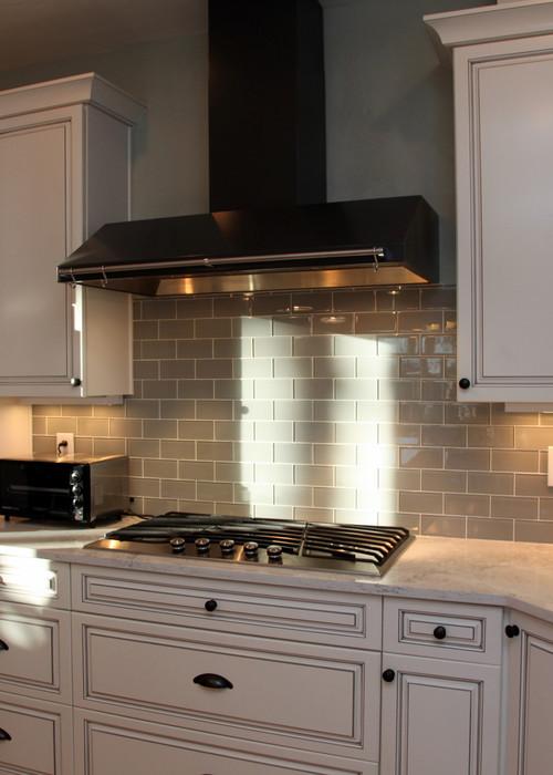 Стеклянная плитка в интерьере кухня