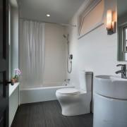 Ванная комната с унитазом на фото