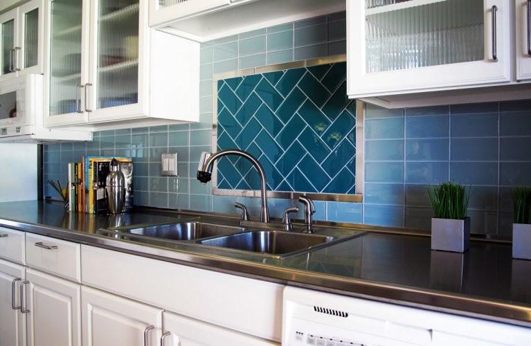 Стеклянная плитка кухня