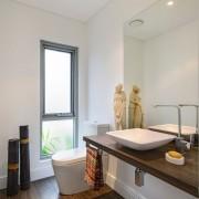 Интерьер ванной с унитазом