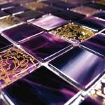 Стеклянная плитка в интерьере: фото, виды, описание