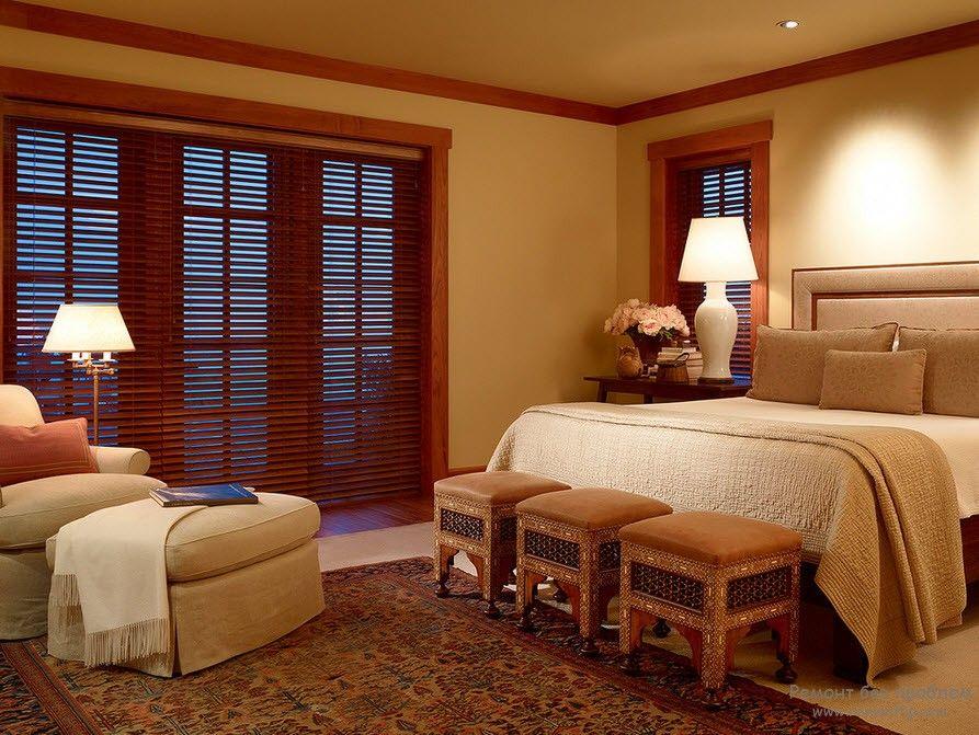 Жалюзи из дерева в интерьере спальни