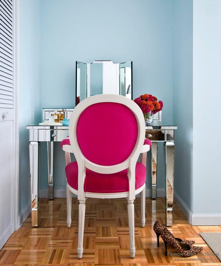 Стеклянный стол для спальни