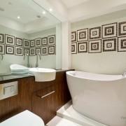 Стильная маленькая ванная