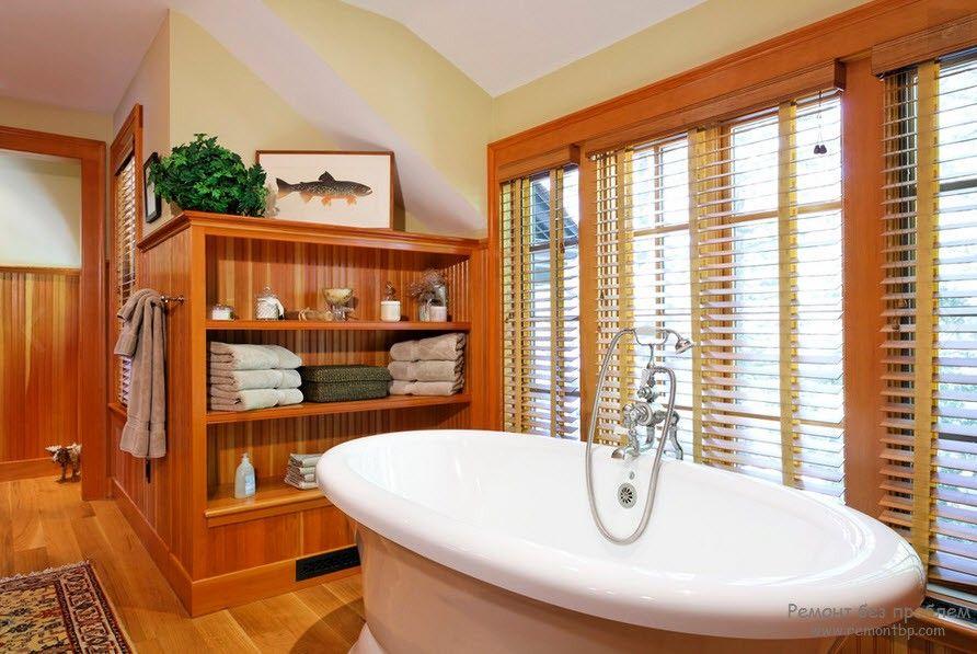 Жалюзи из дерева в ванной