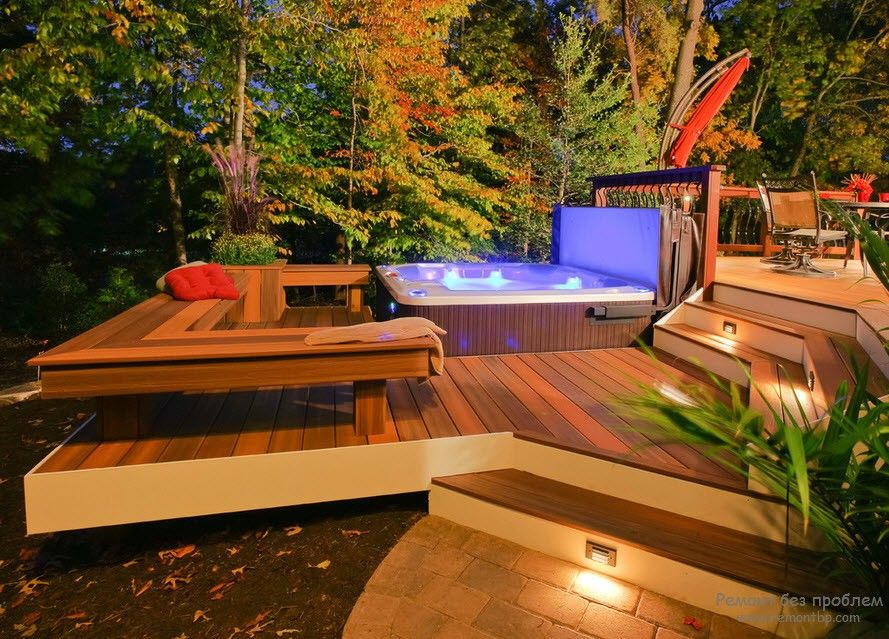 Деревянное покрытие во дворе