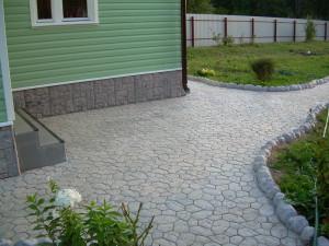 Красивая тротуарная плитка в интерьере дачи