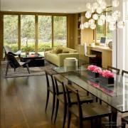 Красивый стол в гостиной