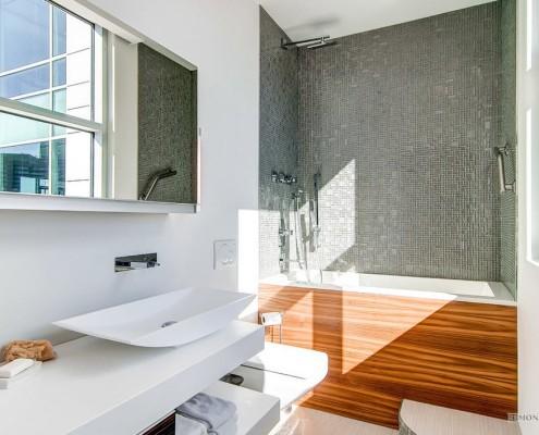 Белая прямоугольная раковина и серая стена