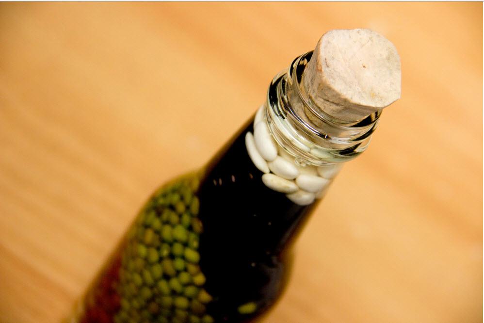 Плотно закрываем бутылку пробкой