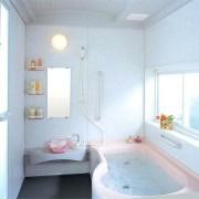 Светлый интерьер маленькой ванной комнаты