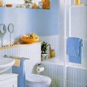 Голубая маленькая ванная