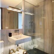 Прозрачный душ в маленькой ванной