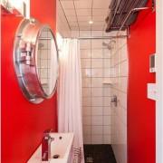 Красная маленькая ванная на фото