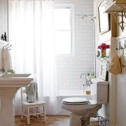 Небольшая красивая светлая ванная