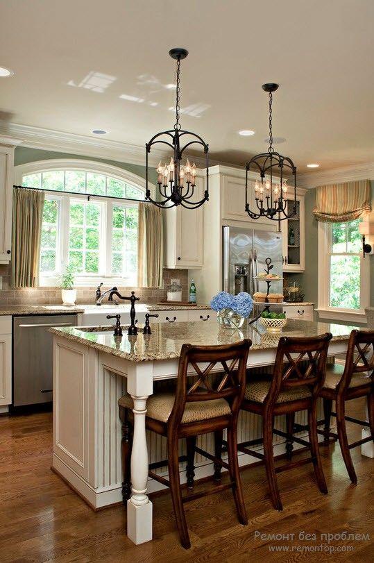 Свектлый потолок на кухне