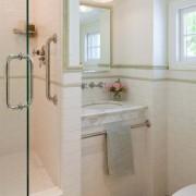 Красивая светлая маленькая ванная комната