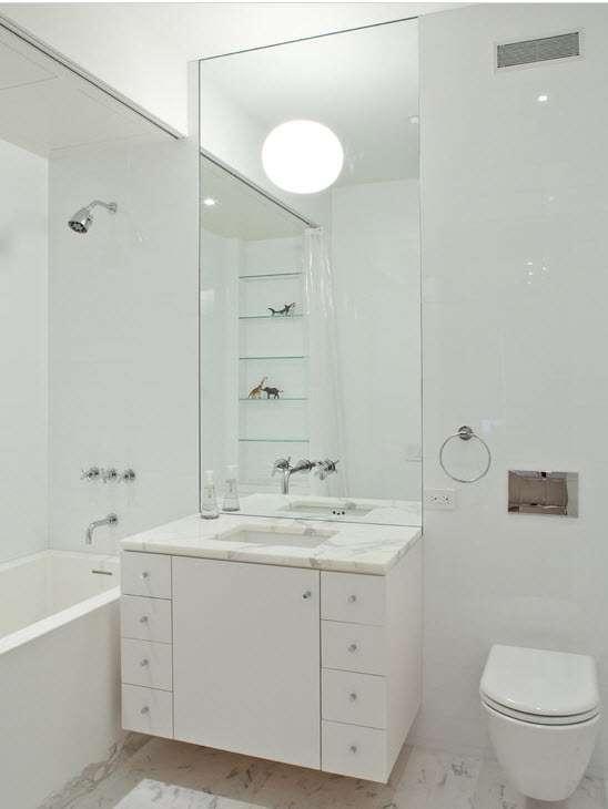 Освещение в маленькой светлой ванной комнате