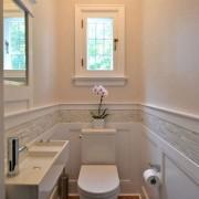 Светлая небольшая ванная обустройство