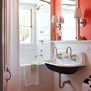 Розовая маленькая ванная на фото