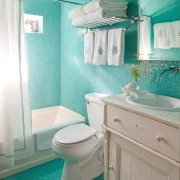 Красивая голубая ванная комната в хрущевке