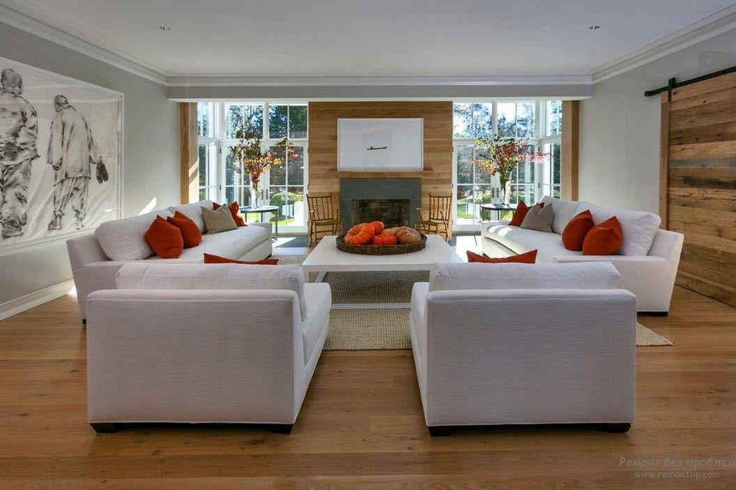 Белая мебель в гостиной с оранжевым акцентом