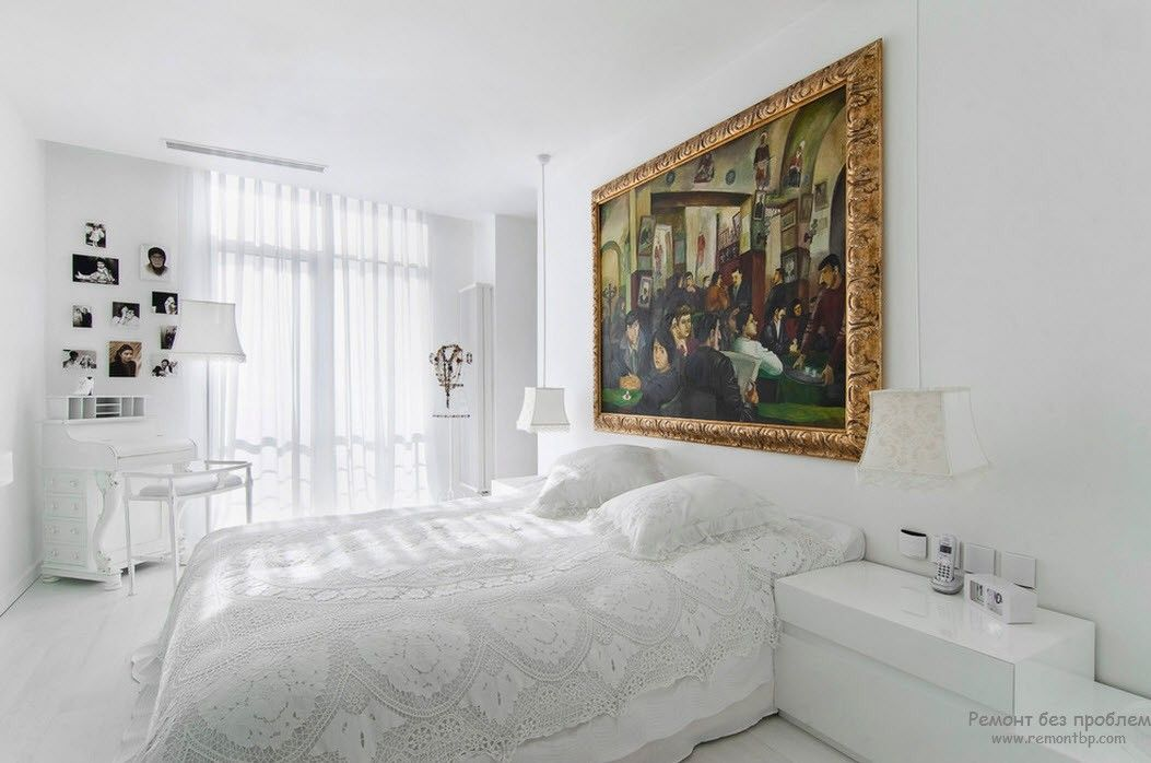 Ослепительно-белая спальня, разбавленная аксессуарами