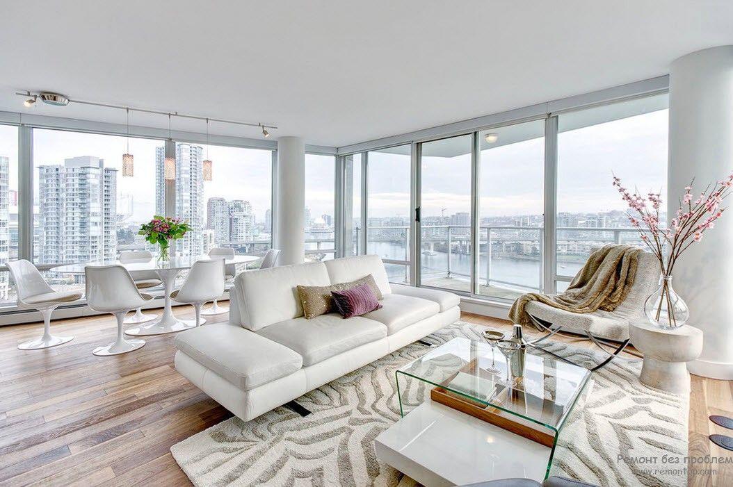 Эффектная просторная белая гостиная