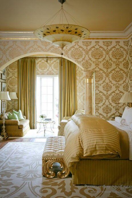 Красивая светлая спальня с золотом