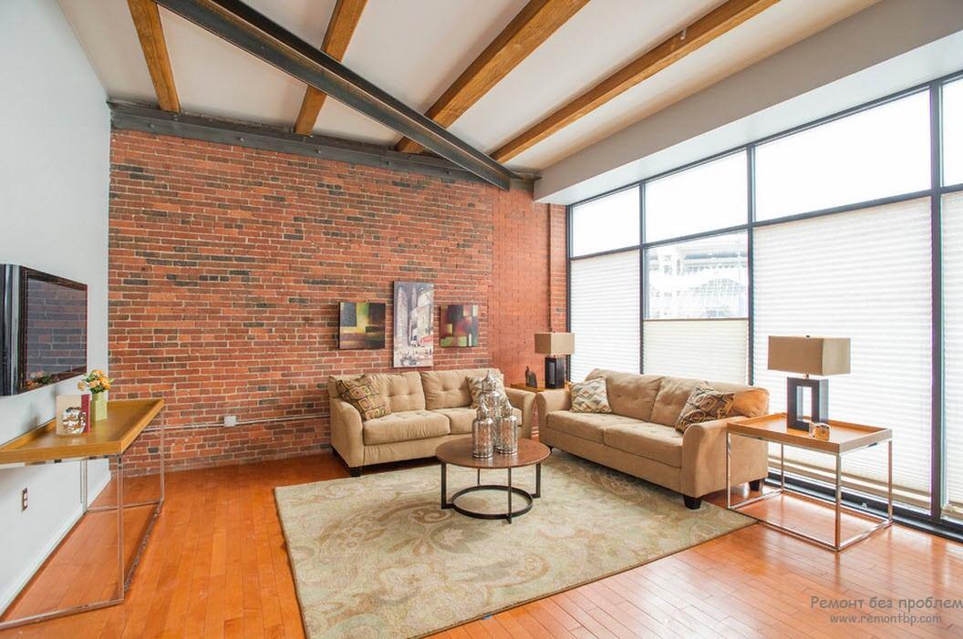 Потолок с деревянными балками в лофт-гостиной
