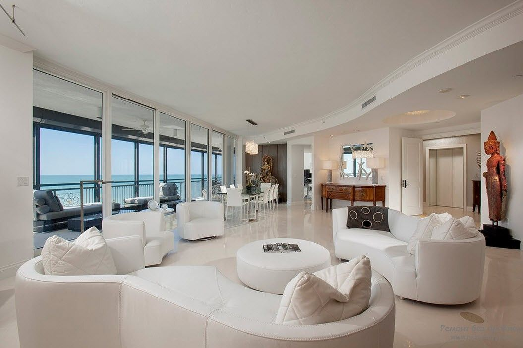 Дуже красива біла вітальня з білими меблями