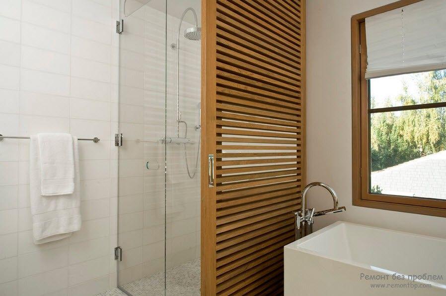 Дерево гармонирует с ванной комнатой