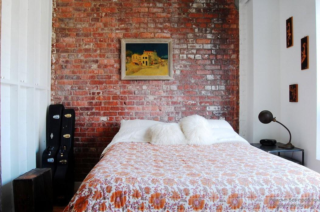 Стена спальни, выложенная кирпичом