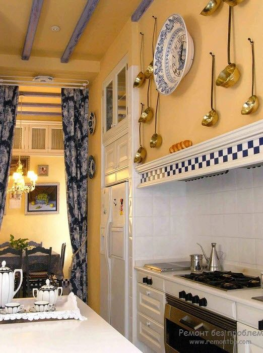 Золотые аксессуары в кухонном интерьере