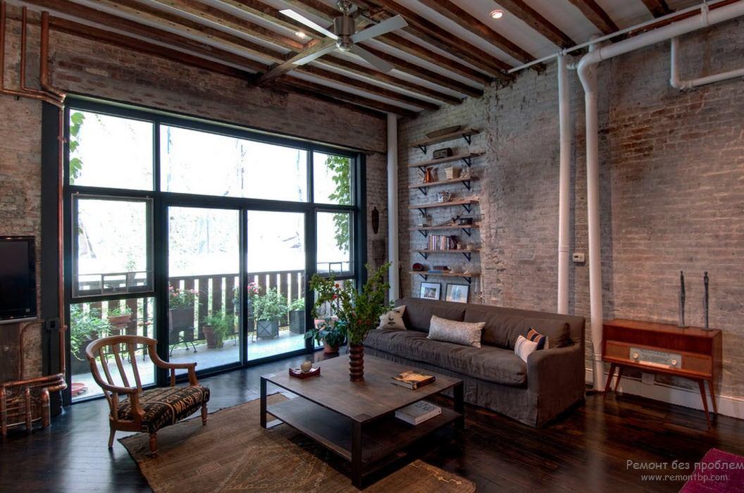 Деревянные балки на потолке гостиной в стиле лофт