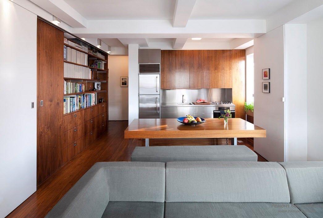 Строгий дизайн гостиной, совмещенной с кухней
