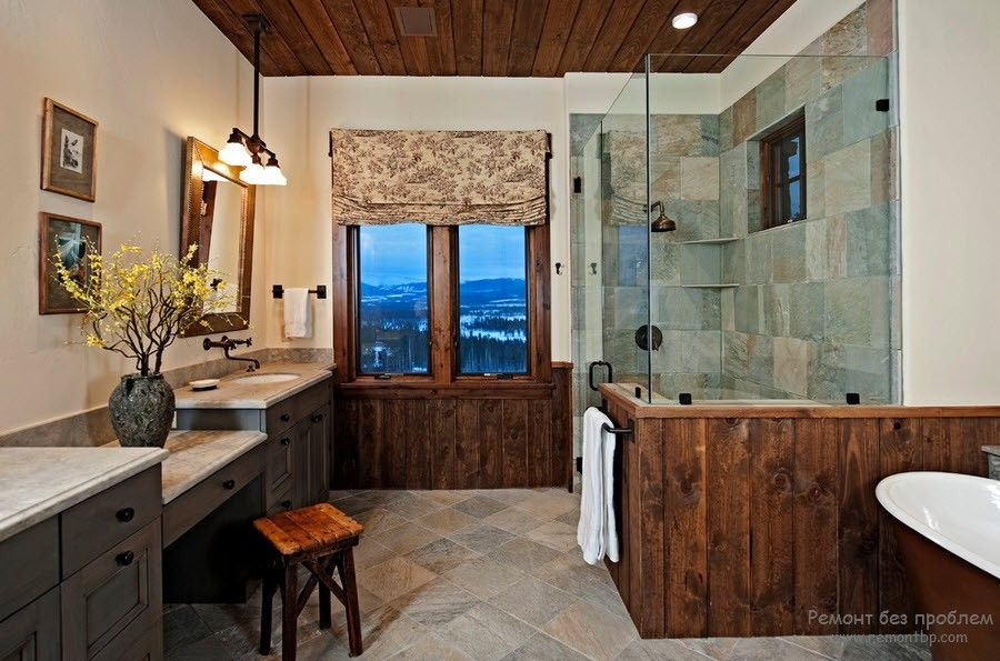 Зеркало в деревянной раме в ванной комнате