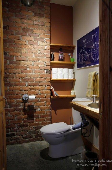 Кирпичная стена в ванной на фото