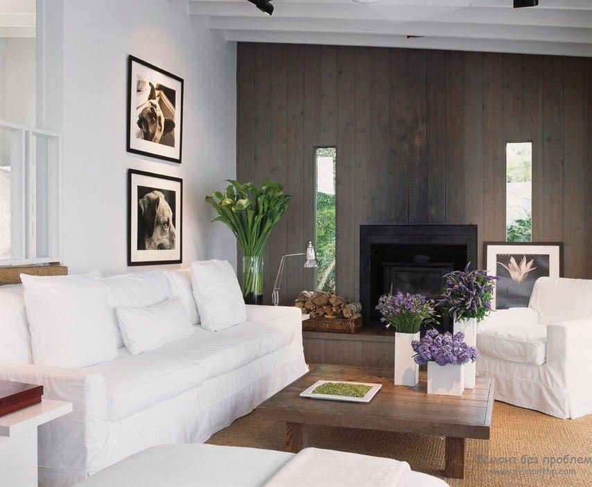 Контраст в интерьере гостиной с белой мебелью