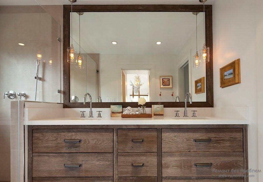 Размещение зеркала в деревянной раме в ванной комнате