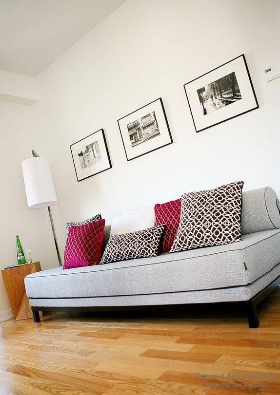 Белый диван в тон отделке стен
