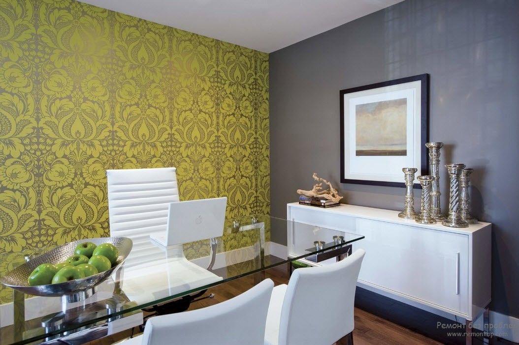 Интерьер гостиной с белой мебелью, разбавленный другими цветами