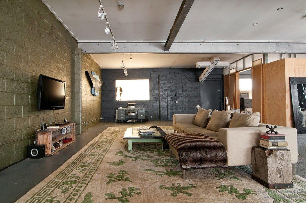 Телевизор с акустической системой в интерьере лофт-гостиной