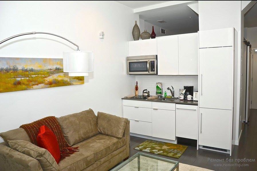 Кухня с благородным бежевым диванчиком
