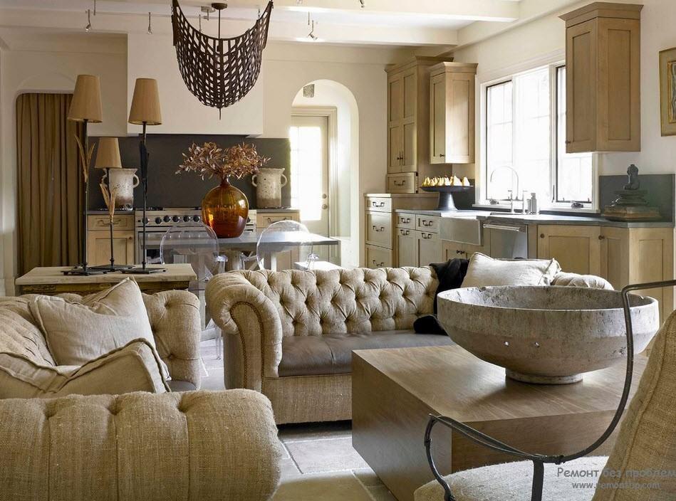 Интересный декор в интерьере гостиной, совмещенной с кухней