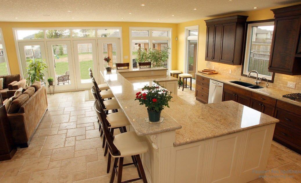 Барная стойка в гармонии с остальной мебелью просторной кухни