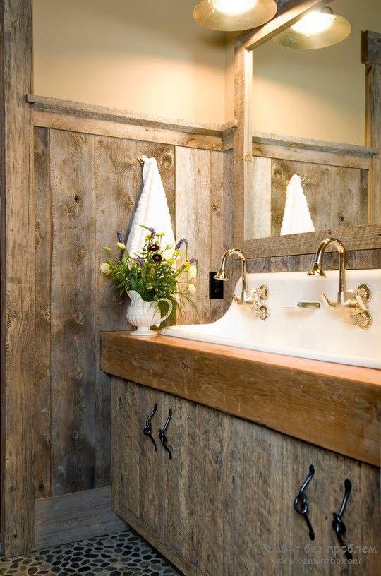 Эффектное зеркало в деревянной раме для ванной комнаты