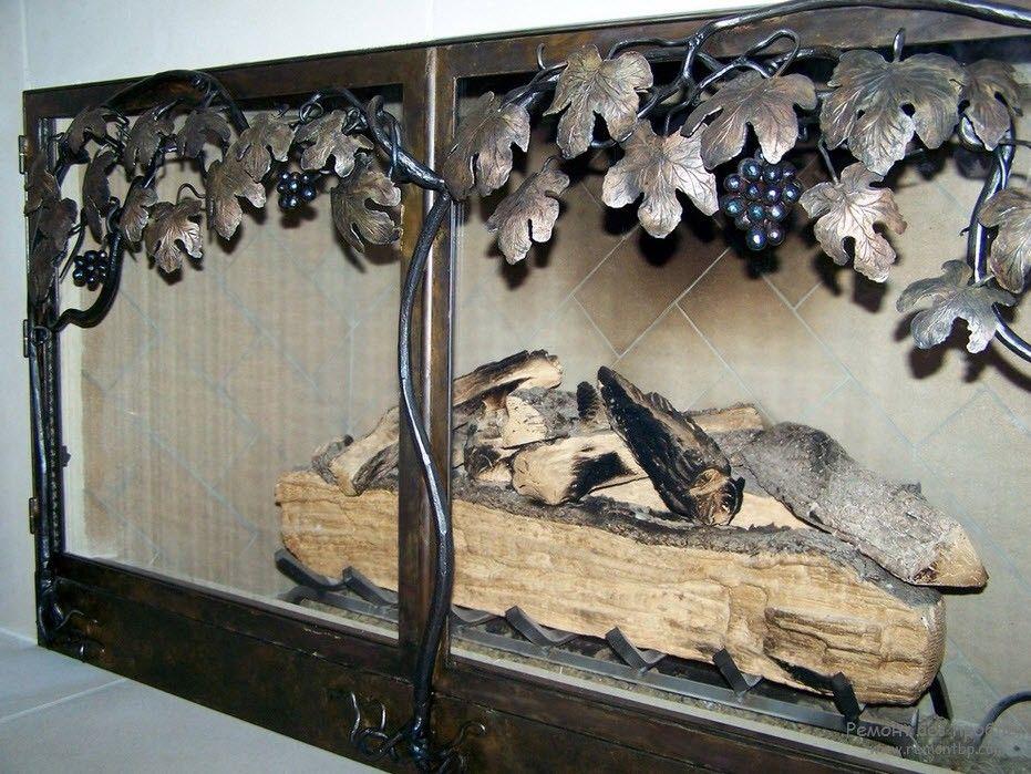 камин, декорированный ковкой в флористическом мотиве