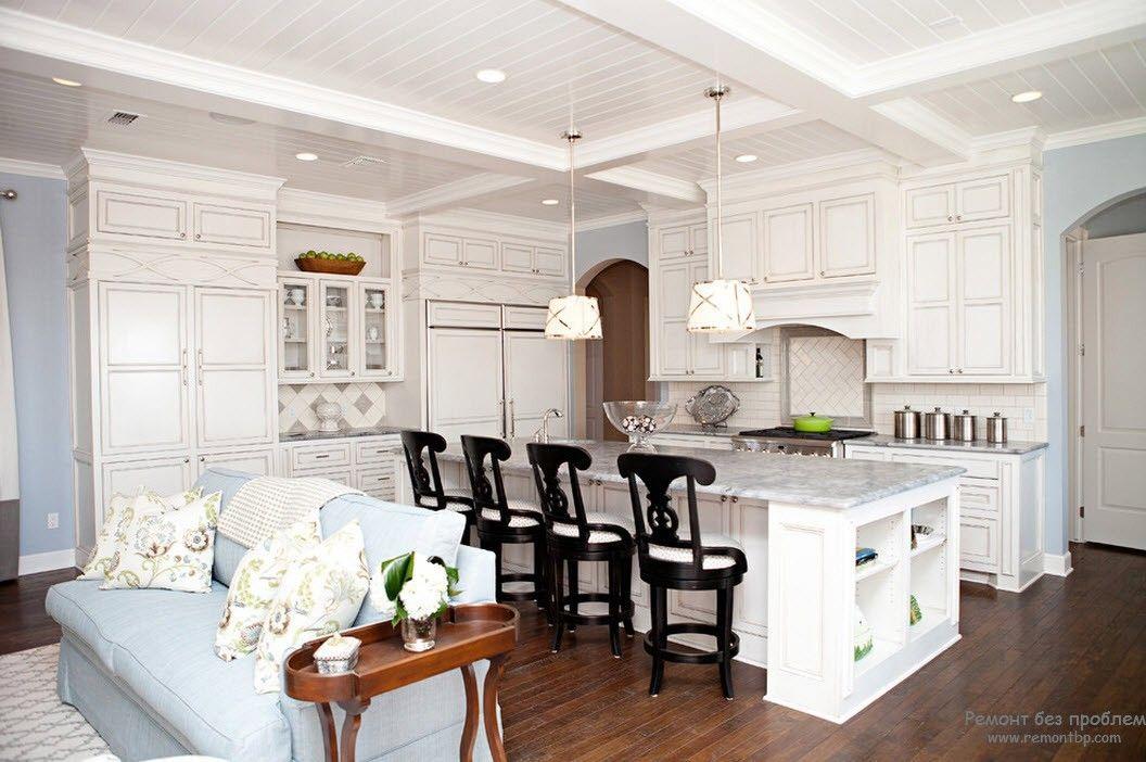 Ощущение чистоты и совершенства в дизайне гостиной, совмещенной с кухней
